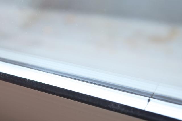 窓から出入りする熱の量を複層ガラスで抑える