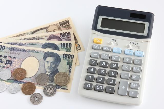 日本円と電卓が並んでいる