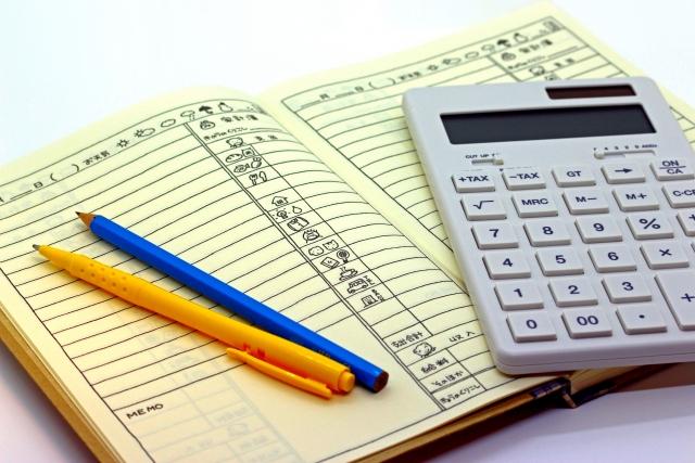 帳簿と電卓とペン