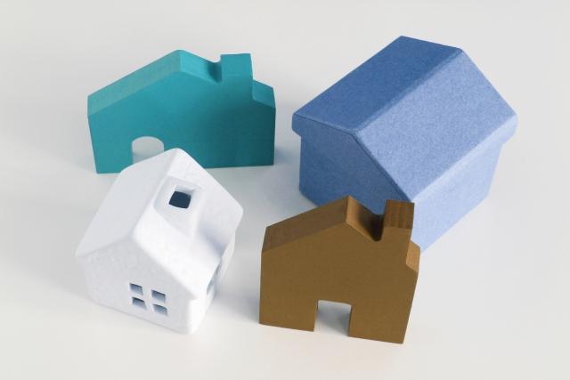 家の模型が4つ並んでいる