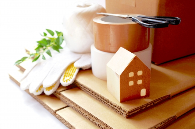 軍手、段ボール、ガムテープと家の模型