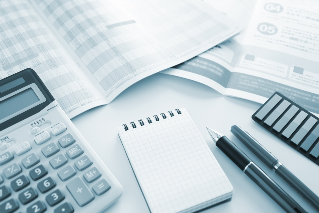 電卓とメモ帳と書類