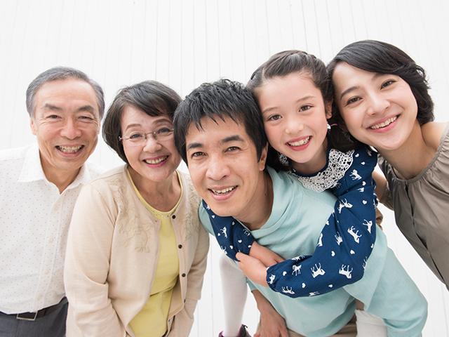 家族が喜んでいる画像