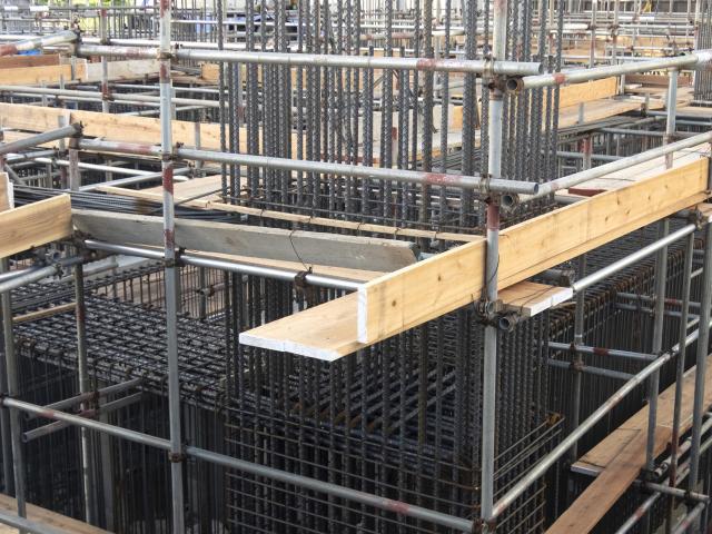 コンクリート造の鉄筋と単管足場