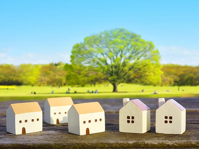 家の模型と森林