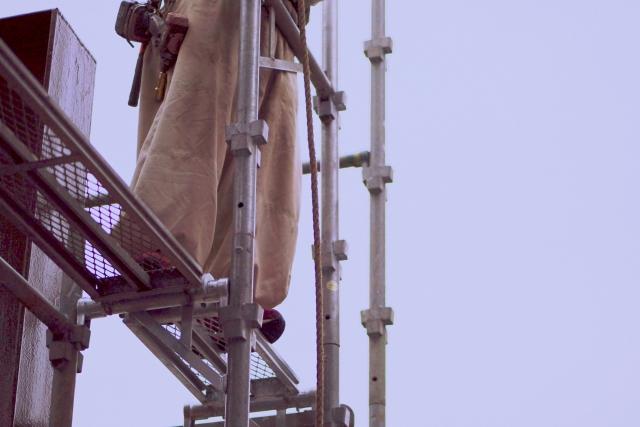 高所作業する建設業者作業員