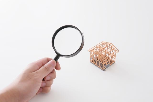 ルーペで建築模型を覗いている